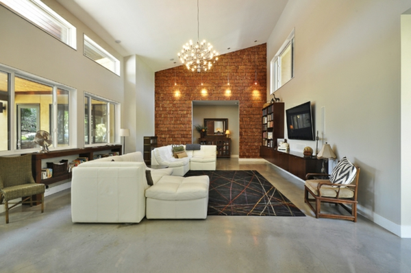 wohnzimmer mit einem weißen sofa und interessanter beleuchnung