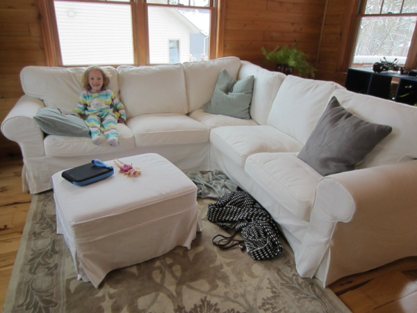weißes-sofa-mit-grauen-kissen