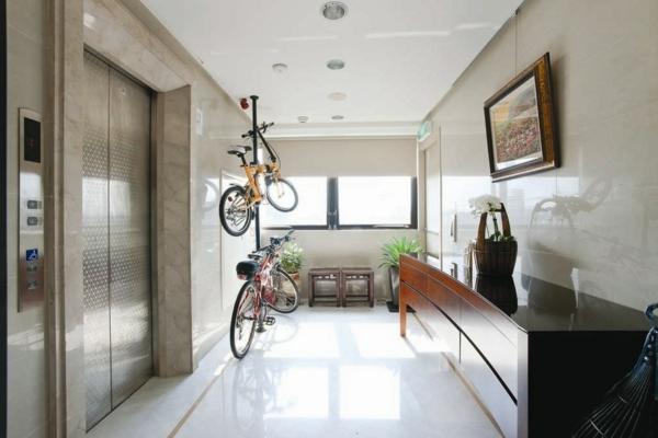 weitläufiger-flur-ultramodern- auflafe für fahrräder