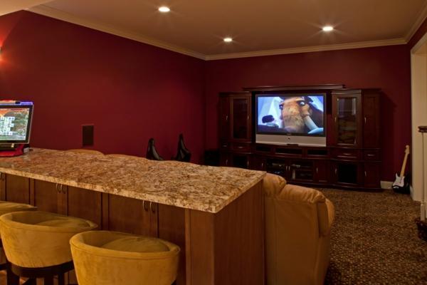 wohnzimmer-mit-einem-großen-fenster-warme-wandfarben- barstühle