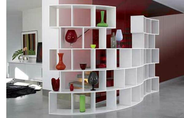 wohnzimmer-mit-einem-weißen-regalsystem - trennwand- modern