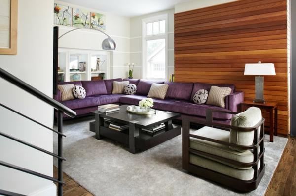wohnzimmer-mit-schönen-möbeln- lila sofa