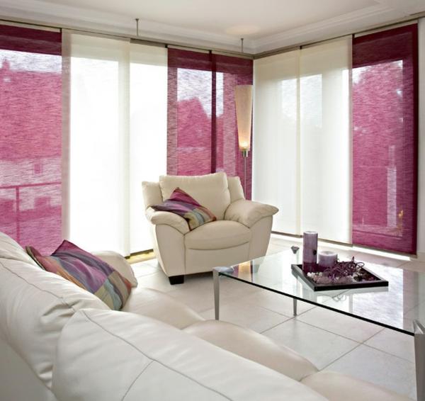 wohnzimmer-mit-weißen-möbeln-und-rosigen-schiebegardinen- ultramodern