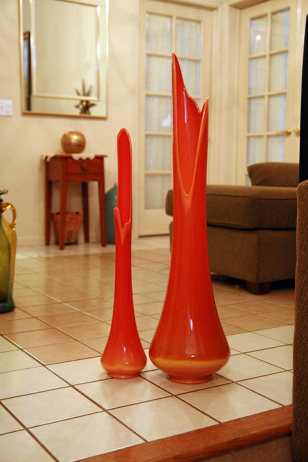 zwei - rote-vasen-am-boden- interessantes design