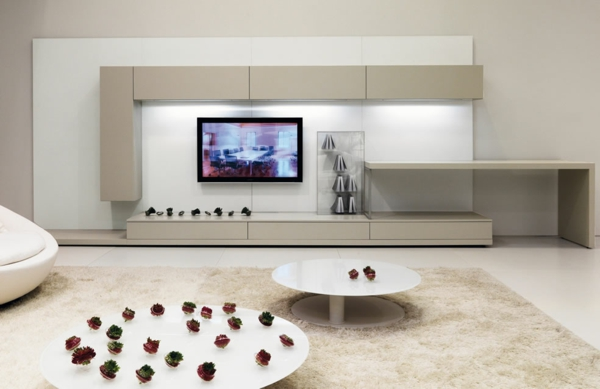 zwei-runde-nesttische-im-weißen-wohnzimmer mit modernen möbeln