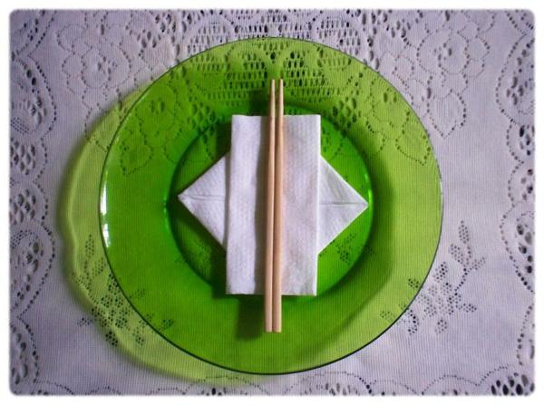 zwei servietten-tischdeko - grüner teller
