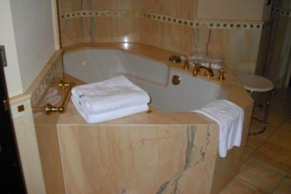 Badideen-Luxuswanne-mit-Marmor-schöne-gestaltung - tücher in weiß