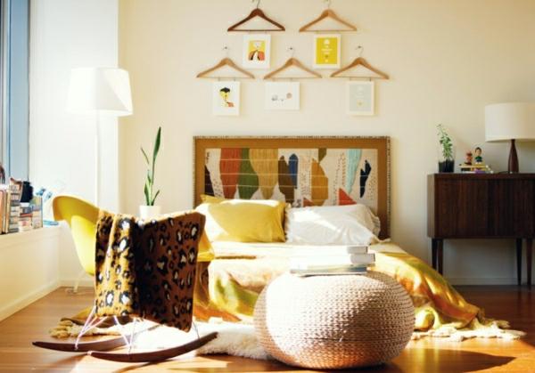 Kunst-an-der-Wand-schlafzimmer-gelb-weiße-stehende-lampe