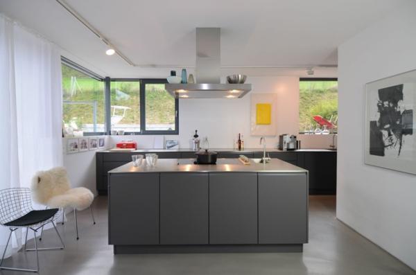 Maßküche-in-Grau-Edelstahl-kochinsel - vorhänge in weiß