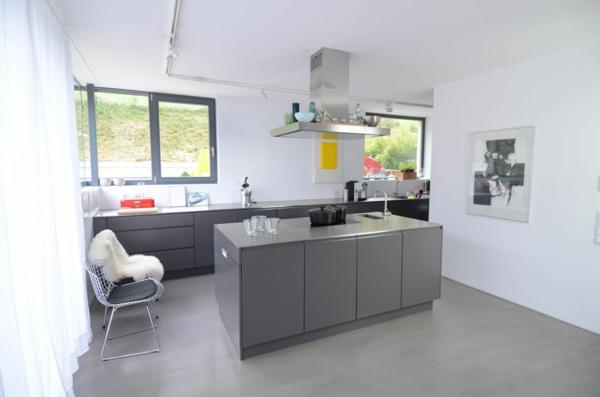 Maßküche-in-Grau-Edelstahl Küche mit weißen vorhängen