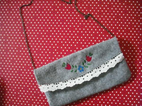 zwei selbst gemachte handtaschen  in roter farbe - weiße punkte