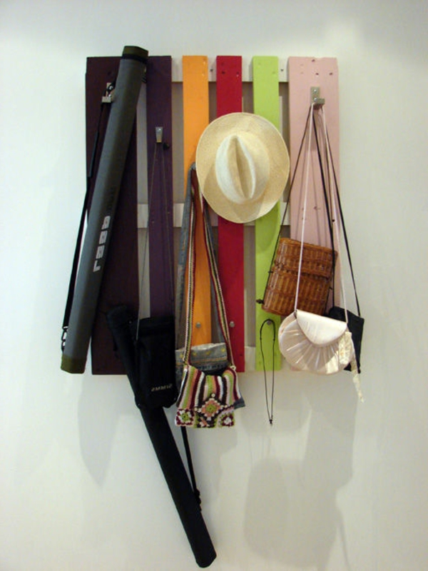 Wandgarderobe-Europaletten-bunt-kleiderhaken-selber-bauen - bunte farbschemen