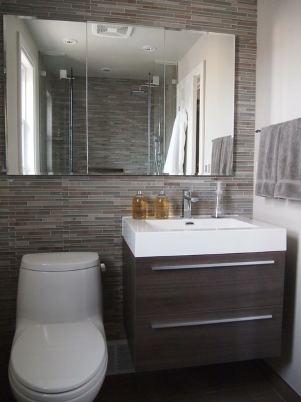 Badezimmer badezimmer gemütlich machen : bäder-design-toilette - großer spiegel und graues tuch
