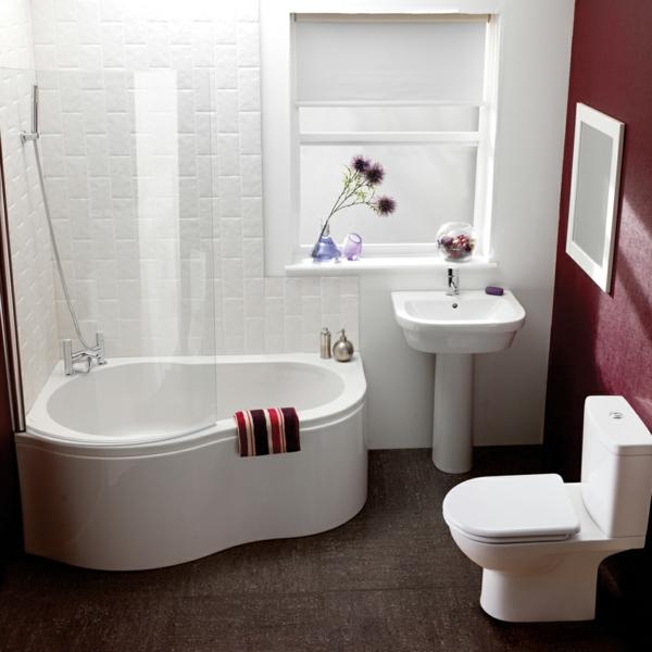bäder-ideen -badewanne-in-weiß- blumen als dekoration