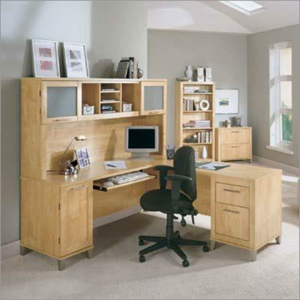 büromöbel-ikea-holz-schwarzer-rollstuhl- regalsystem und zwei bilder darauf