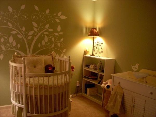 baby-gitterbet-im-schlafzimmer-mit-schlichter-beleuchtung - moderne wandgestaltng