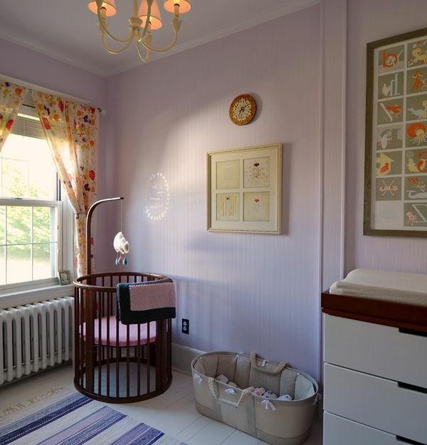 baby-gitterbett-im-babyzimmer - taupe farbe für die wand