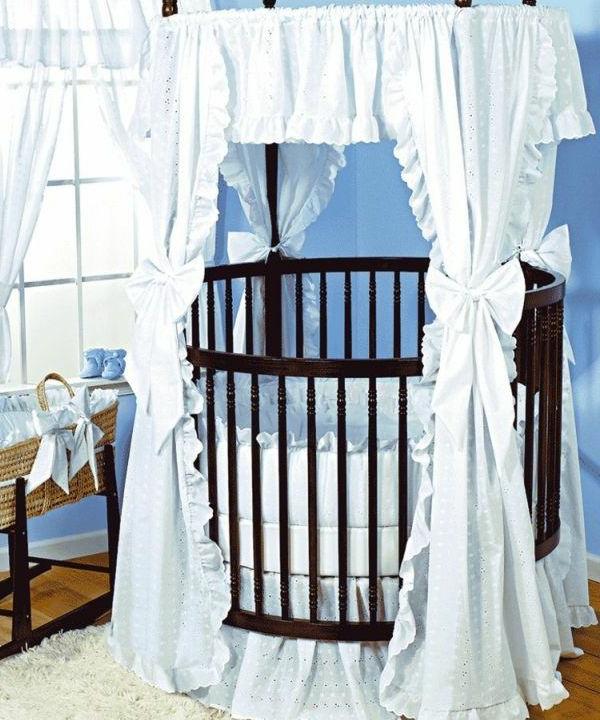 babyzimmer-einrichten-kinderbettchen-rund - vorhänge in weiß