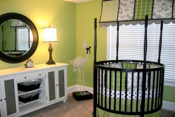 babyzimmer-gestalten-grünewandfarbe -rundes-babybett - spiegel und lampe
