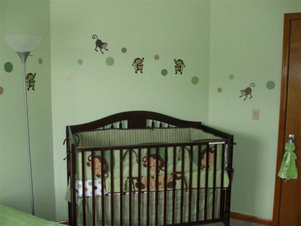 babyzimmer-gestalten-schlicht-und-schön-affen wandsticker
