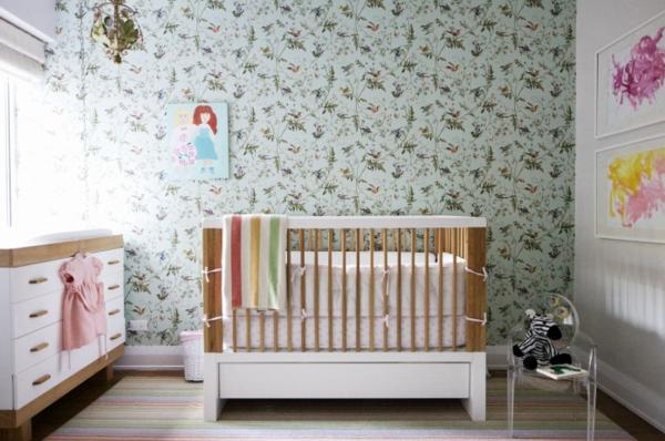 babyzimmer-tapete-suß-aussehen- fenter und ein weißer schrank daneben