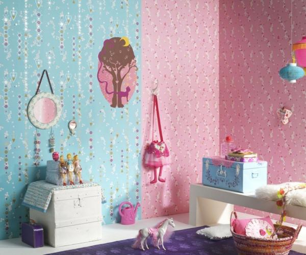 babyzimmer-tapeten-blau-und-rosa-spielzeuge und ein lila teppich