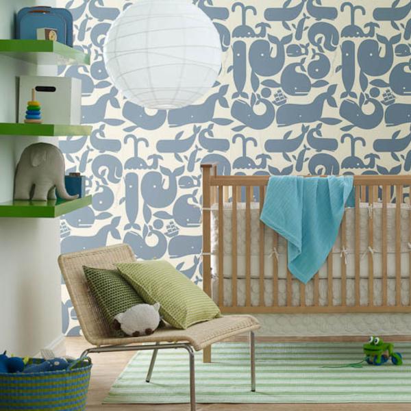 babyzimmer-wandgestaltung- regale mit dekoartikeln darauf