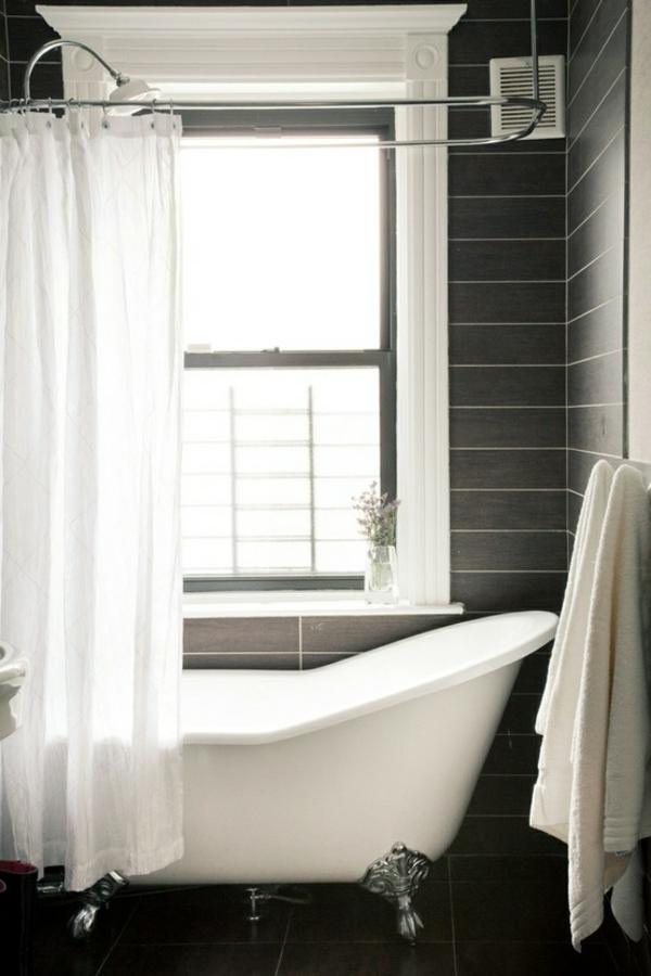 badeinrichtung -weiße-badewanne - weiße vorhänge