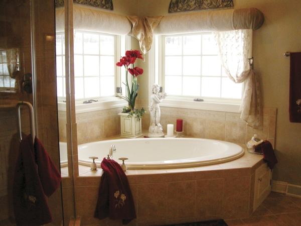 badezimmer-dekoration-moderne-bäder-ideen - blumen in roter farbe