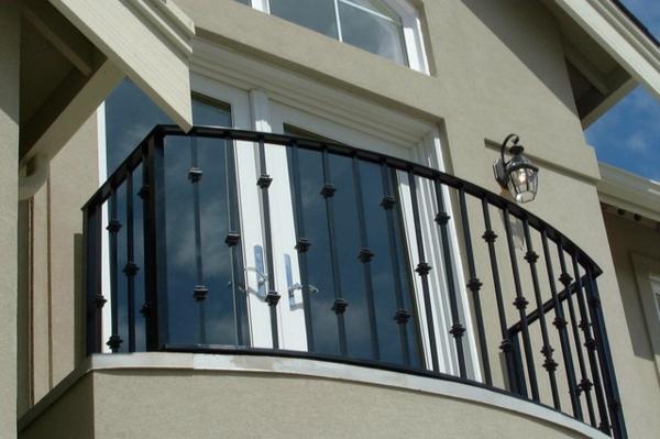 balkon-schutz-modern-schwarze-farbe