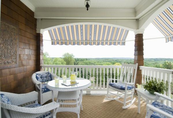 balkon-seitensichschutz-weiße-möbel-ziegelwand