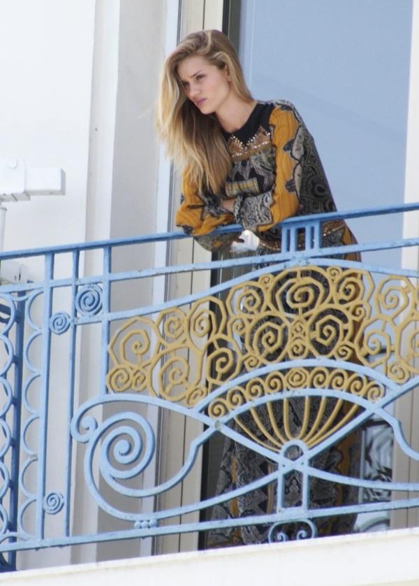 balkon-sichtschutz-und-eine-sehr-hübsche-frau-auf-dem-balkon