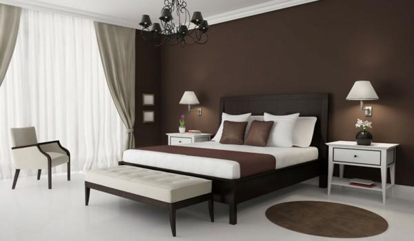 beste-wandfarbe-fürs-schlafzimmer-braun-schöne-dekokissen-und-helle-gardinen