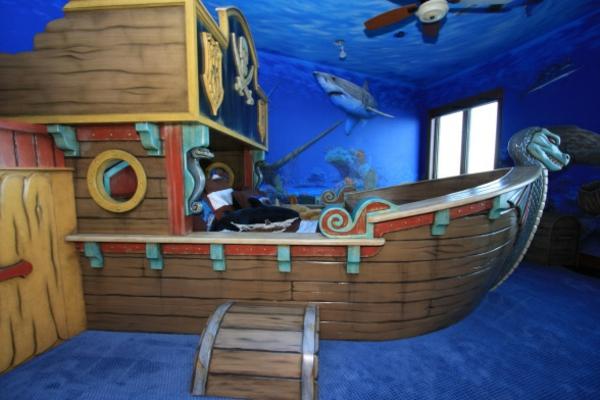 ... -kinderzimmer-mit-einem-piraten-kinderbett-aus-holz - schiff aussehen