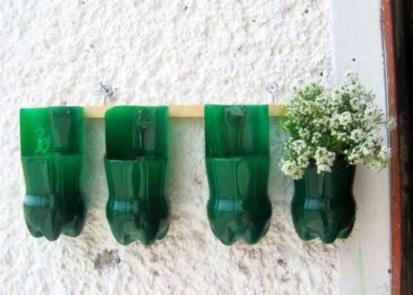 blumentöpfe-aus-grünen-flaschen-machen - wand in weiß