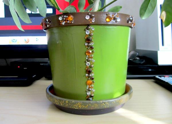 blumentöpfe-selber-machen-grün-mit-elementen - pflanze in grün