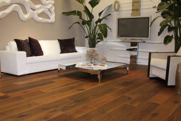 wohnzimmer boden holz:moderne bodenbeläge-modern-aus-holz-im-wohnzimmer – weißes sofa mit