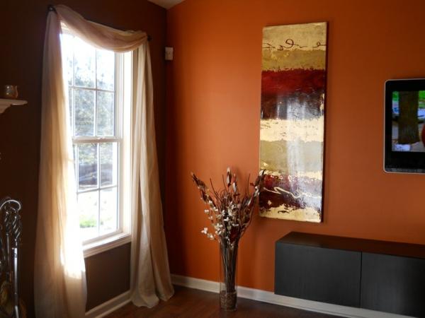 braune-wandfarbe-im-flur- blumen als dekoration und großes fenster mit vorhängen in beige