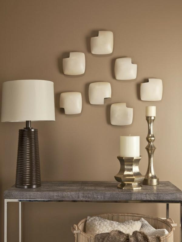 brauntöne-wandfarbe-interessante-dekoration-auf-der-wand- beige lampe auf einem tisch aus marmor