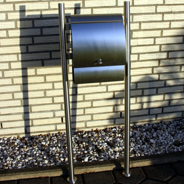 briefkasten-mit-zeitungsfach-moderne-gestaltung-edelstahl - wand aus ziegeln