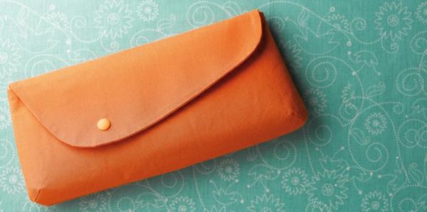 kreatives-nähen - handtasche in beige farbe - türkis hintergrund