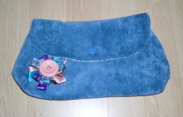 clutch selber nähen - blaue farbe und eine filzblume