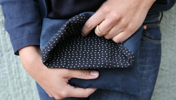 klatsch handtasche - super schön -junge frau - weiße punkte