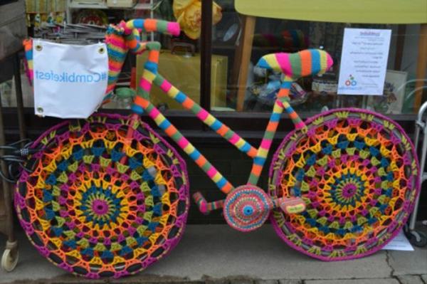 deko-für-fahrrad-aus-stricken- dekorierende elemente in grellen farben
