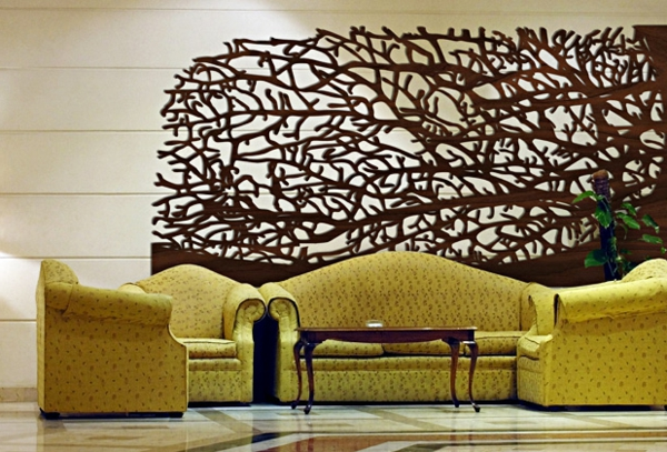 deko-naturmaterialen-holzdeko-hinter-dem-grünen-sofa - wunderschön