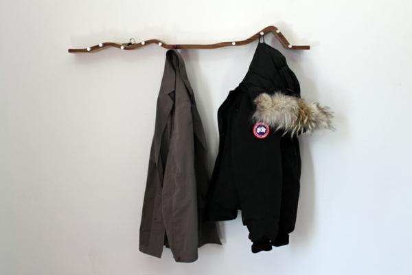 dekoideen-selber-machen-zweig-an-der-wand-hänger, zwei jacken aufhängen