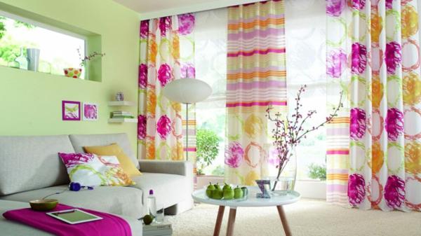 dekorativer-sichtschutz-am-fenster-darf-es-gerne-bunt-zugehen - sofa und nesttisch