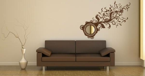designerspiegel-über-einem-braunen-sofa