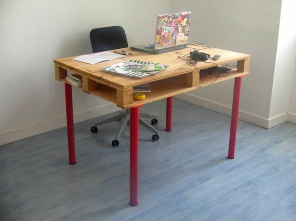 diy schreibtisch aus paletten rote beine und bunter computer. Black Bedroom Furniture Sets. Home Design Ideas