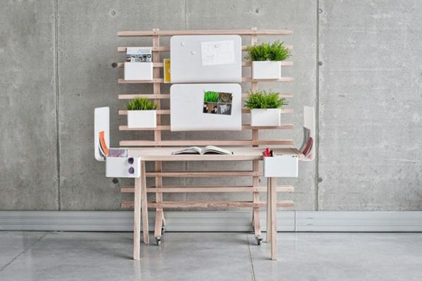diy schreibtisch sehr originelles modell aus h lzernen brettern gemacht mit gr nen topfpflanzen. Black Bedroom Furniture Sets. Home Design Ideas